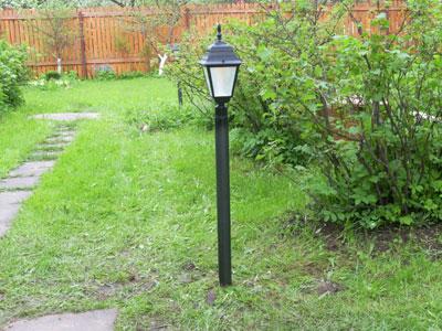 садовый светильник у дорожки
